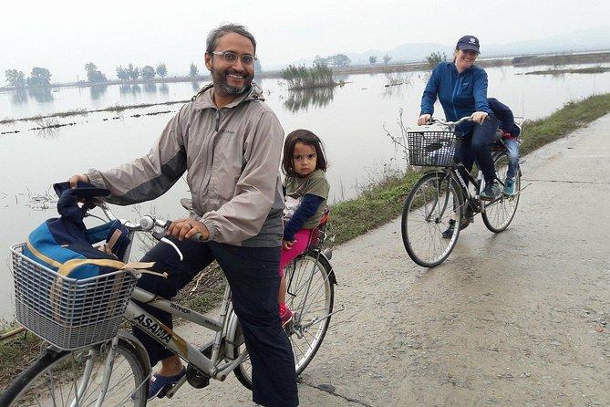 Recorrido en bicicleta por el campo de Hue Grupo pequeño con comida local en la calle