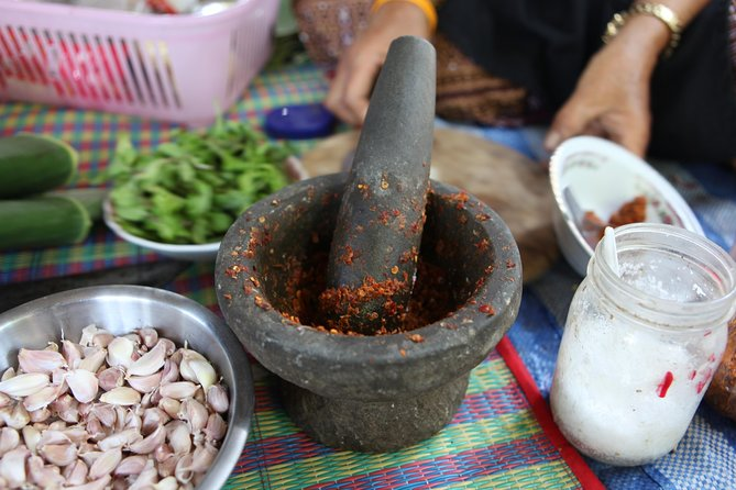 Private Market Tour and Northern Thai Cooking Lesson with a Local
