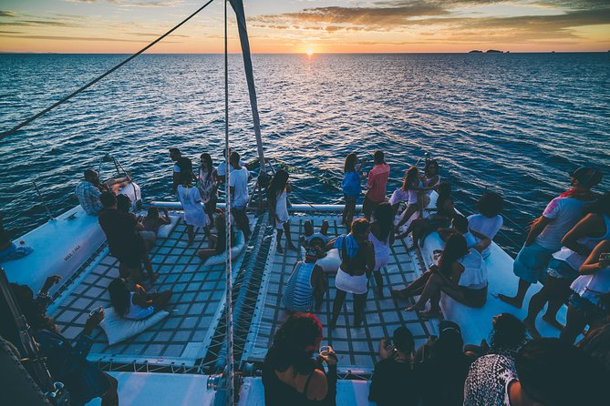 Catamarã Oceanbeat Ibiza ao pôr do sol com open bar + ingresso para casa noturna
