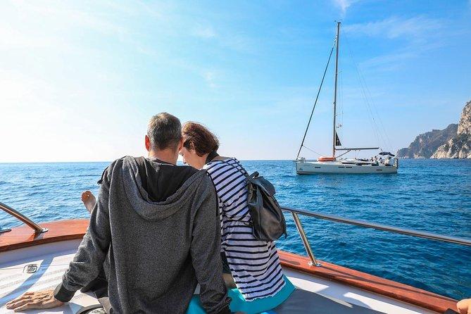 カプリ島を発見:ナポリからのセレクトボートツアー
