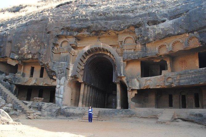 Excursión privada de un día completo a las cuevas de Karla y Bhaja desde Mumbai con guía y entradas