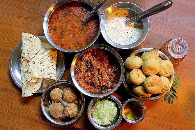 Cena tradizionale privata con una famiglia indiana incluso tour notturno della città di Jaipur