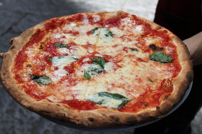 ナポリの観光ツアーとピザ