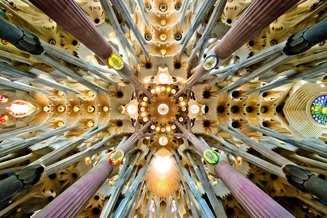 Barcelona and Sagrada Familia Small Group Tour with Hotel Pick-up