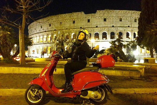Passeio romântico à Vespa de Roma à noite com traslado e desembarque no hotel