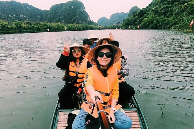 Deluxe and Small Group Tour in Hoa Lu Tam Coc Mua Cave with Limousine Transfer