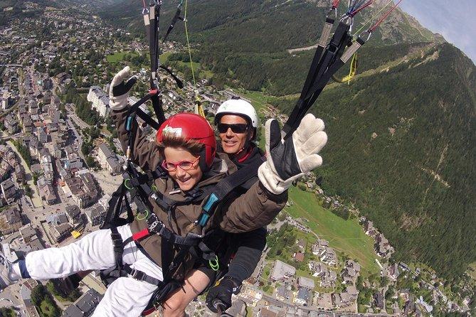 Voo duplo de parapente sobre os Alpes em Chamonix