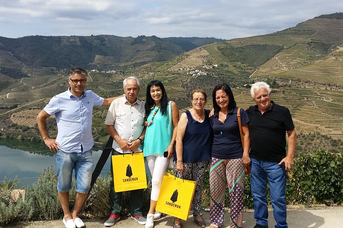 Excursão de dia inteiro para grupos pequenos ao Vale do Douro e às adegas de vinho com almoço e degustações