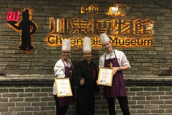 Chengdu Panda Tour and Sichuan Cuisine Experience photo 1