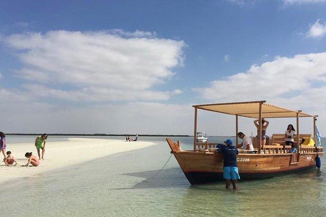 Dolphin Bay: Fjäril Natural Beach Getaway Day Cruise från Abu Dhabi