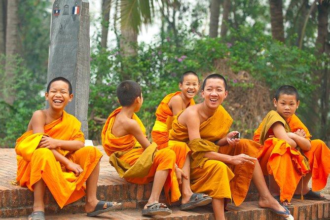 Medio día- Monjes y Caridades de Vientiane