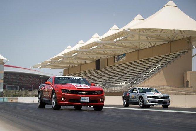 Course de dragsters avec une Chevrolet Camaro