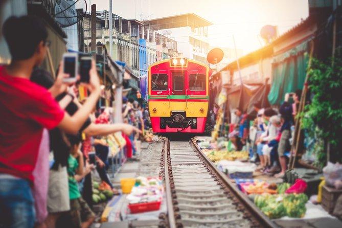 Maeklong Railway & Amphawa Floating Market med Firefly Boat Tour fra Bangkok