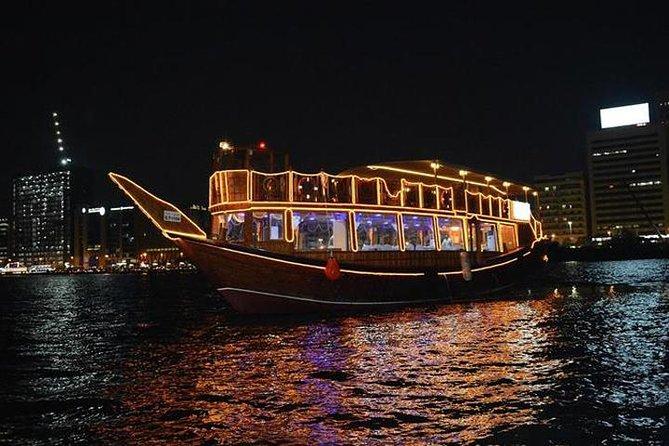 Dhow Dinner Cruise con Tanoura Show Along Dubai Creek