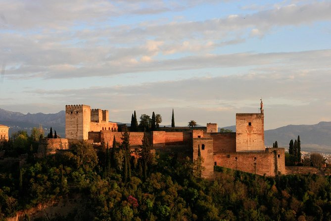 Alhambra: Nasrid Palaces & Generalife Guided Tour (Ticket included)