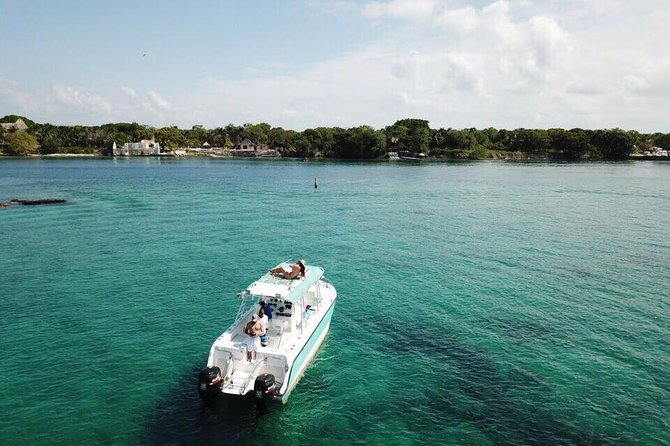 Private boat for 14 people to go the Rosario Islands