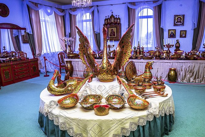 Nizhny Novgorod Private Tour to Semenov. Khokhloma painting