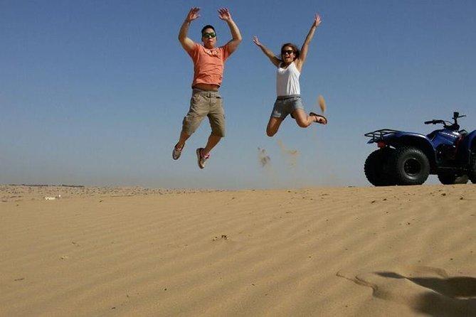 """Recorrido por la mañana por el desierto de Dubái en vehículo 4x4: Paseo en camello, paseo en quad, """"sandboarding"""" y granja de camellos"""