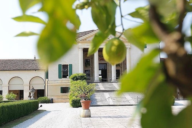 Medieval walled towns, Palladian villa, Renaissance and Middle Ages private tour