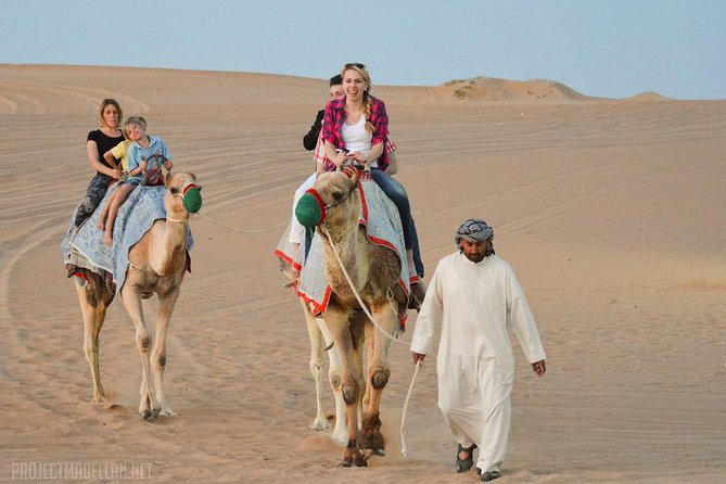 Mañana safari por el desierto rojo con un paseo en camello por Dubai