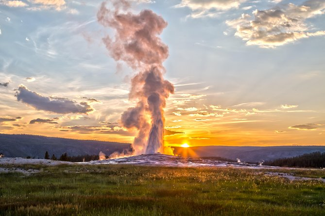 Yellowstone Old Faithful, Waterfalls and Wildlife Day Tour