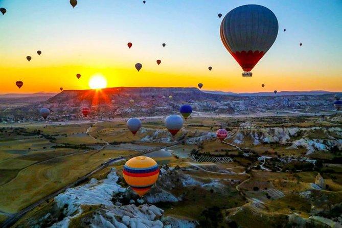 Kappadokischer Ballonflug bei Sonnenaufgang