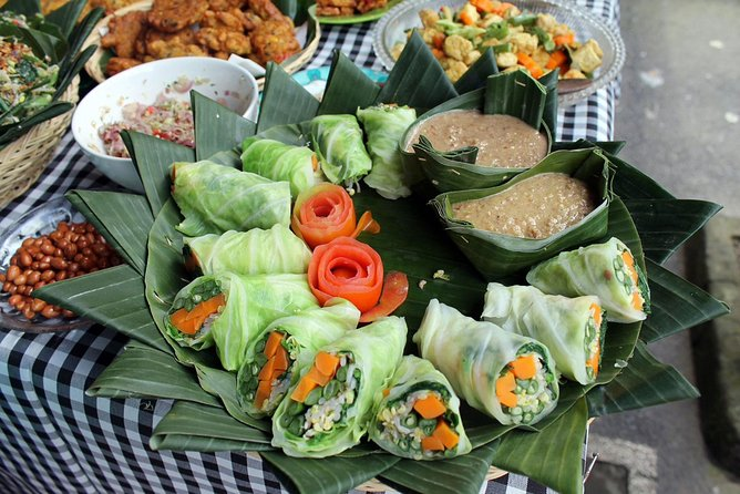 Local Market Tour and Traditional Balinese Cooking Class with a Family in Ubud