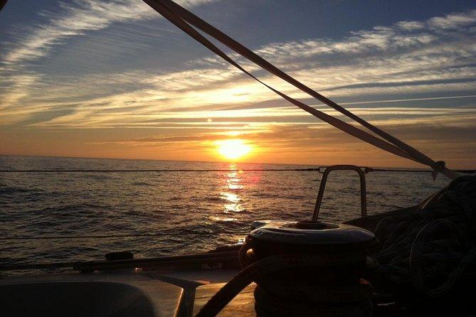 Experiência de navegação com o melhor pôr do sol de Lisboa