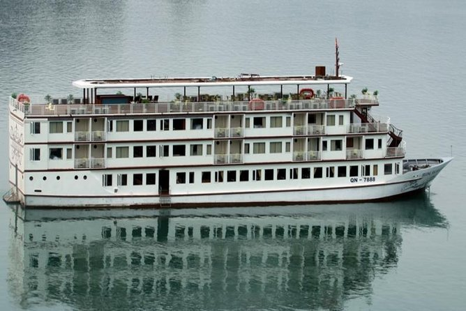 Small-Group Overnight Halong Bay Tour Including Cruise and Kayaking