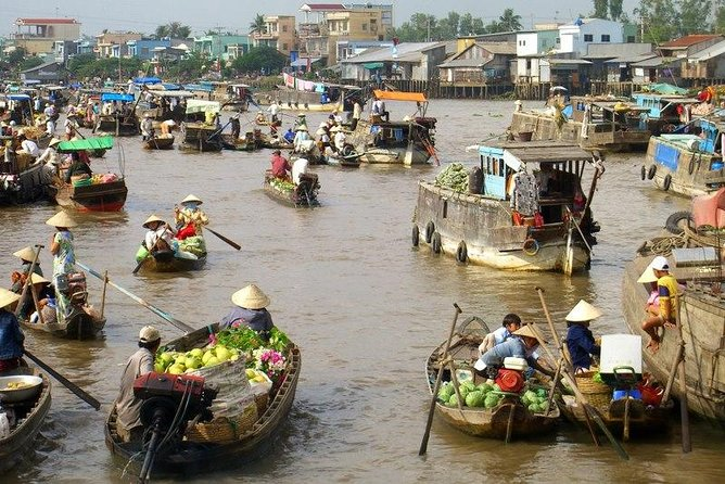 Mekong river cruise - CaiRang floating market.