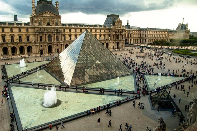 LOUVRE PRIVATE TOUR : Skip the line & Local expert guide - Entry fees included