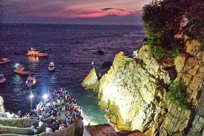 Acapulco' High Cliff Divers by Night Tour