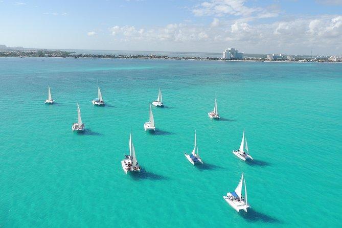 Isla Mujeres turné på katamaran med snorkel, öppen bar, buffé och strandklubb