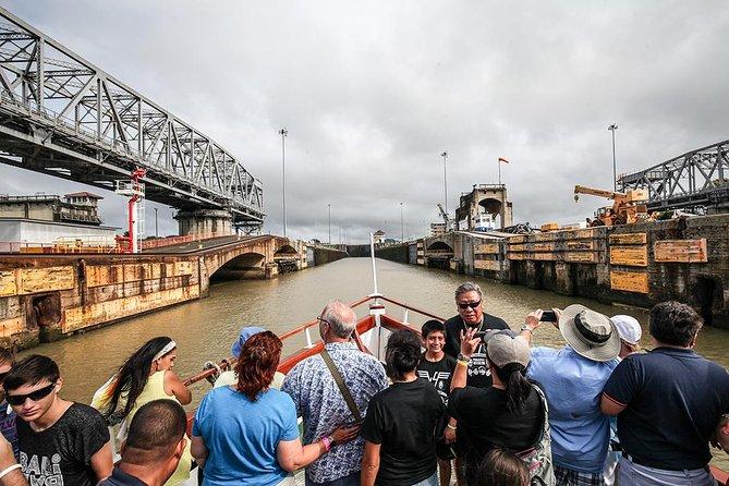 Cruzeiro turístico pelo trânsito parcial do Canal do Panamá