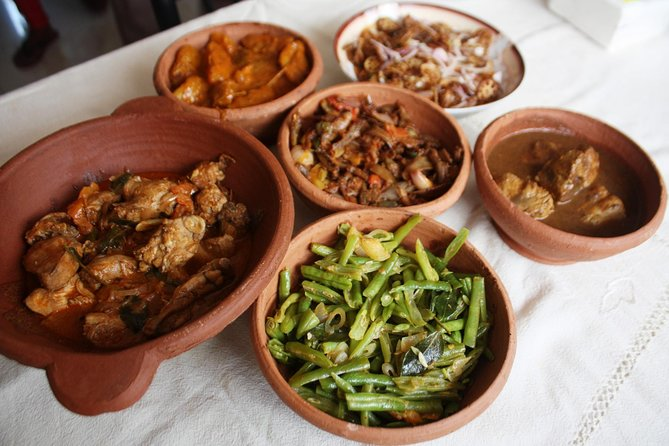 Market Tour, Traditional Sinhalese Cooking Class and Meal with a Local Family