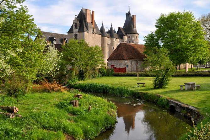 Fontevraud l'Abbaye with an Winetasting & Lunch in a Loire Vineyard from Paris