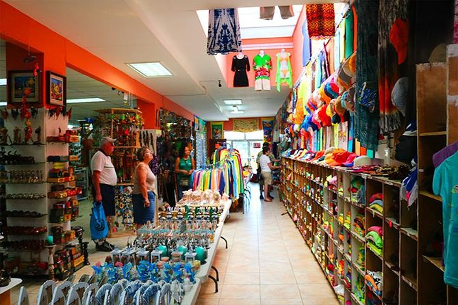 Roatan Sightseeing to the Chocolate, Cameo, Cigars & Rum Factories photo 4