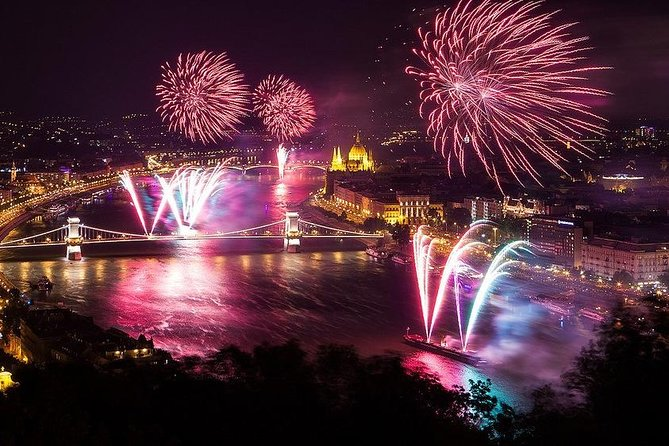 Crucero de fuegos artificiales de Budapest que incluye barra libre y cena opcional