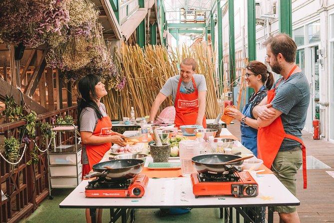 Experiencia de clase de cocina tailandesa en un mercado en Bangkok