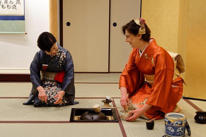 Te-seremoni med te-mester og kimono-montering