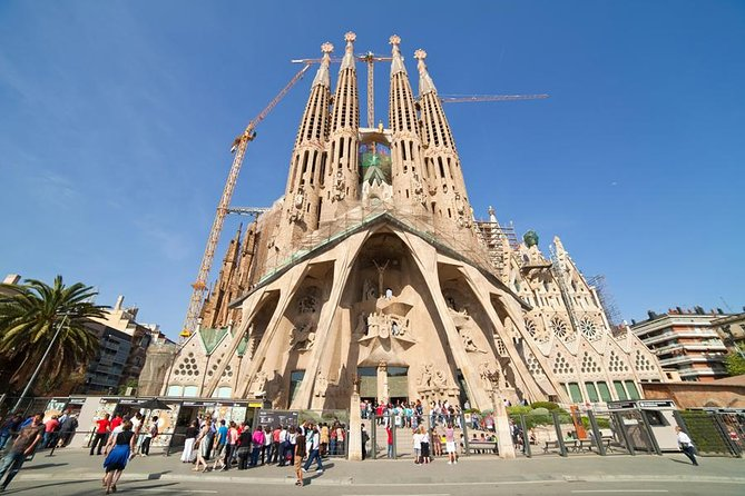 Skip 2 Lines: Barcelona city tour, small-group, with pickup at hotels and port