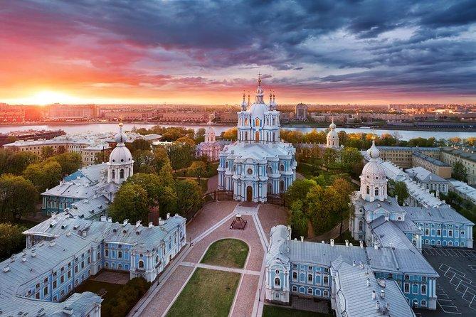 車でのサンクトペテルブルクの終日プライベートシティツアー