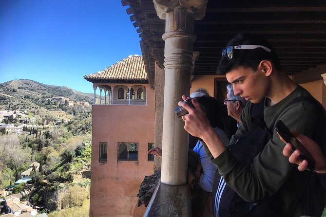 Alhambra Nasrid Palaces Tour and Traditional Meal Experience