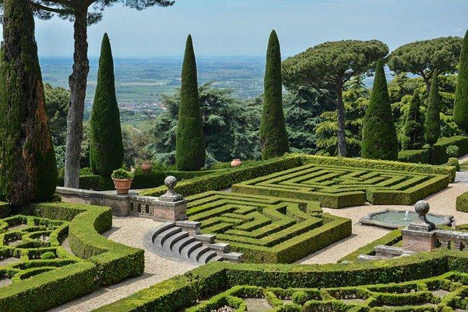 Escápese como un pueblo de lago romano a pintoresco con el palacio de verano y los jardines del Papa