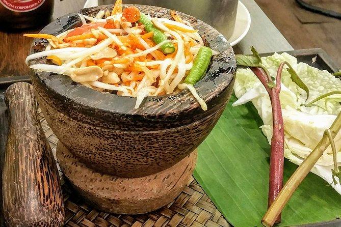 Isaan Northeast comida tailandesa cena con una guía