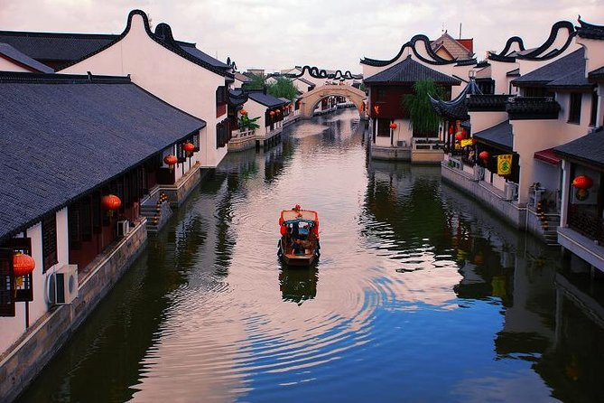 Private Shanghai Layover Tour to Zhaojialou Water Town with City Highlights
