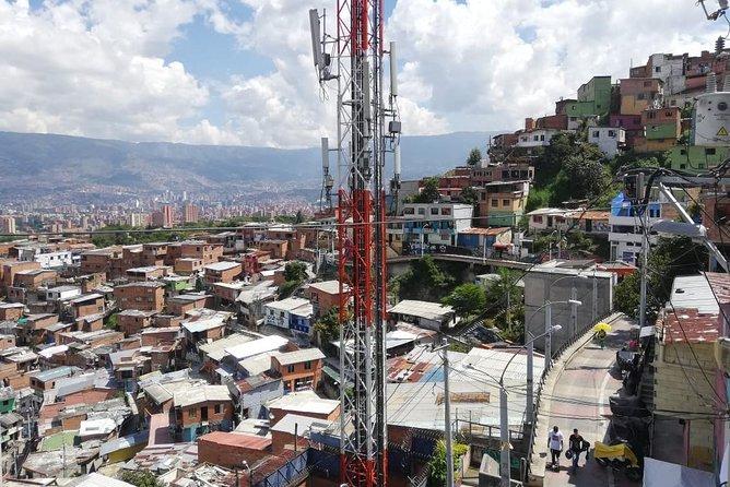 Private Comuna 13 tour (cable car + escalators)