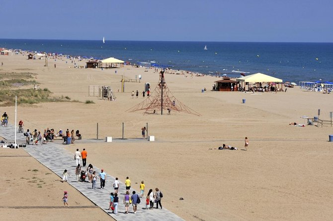 BEACH, MUSIC, DRINKS, FOOD, FRIENDS, VOLLEYBALL AND FUN BARCELONA