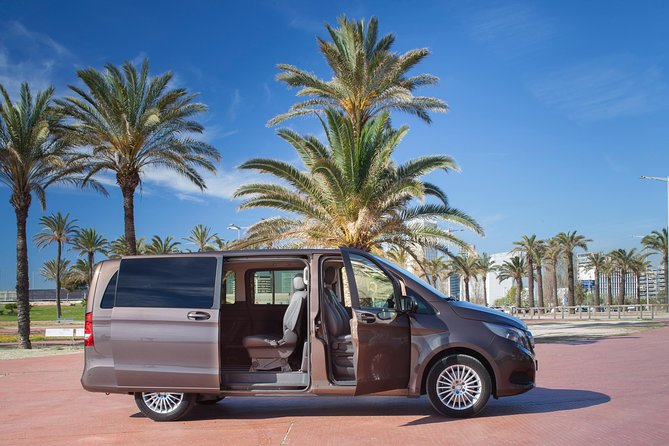 Private transfer from/to Seville to/from Granada with optional stop in Cordoba