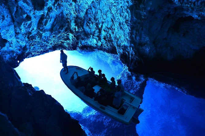 Excursão de dia inteiro pela Gruta Azul e pelas 6 Ilhas de Hvar saindo de Split de lancha